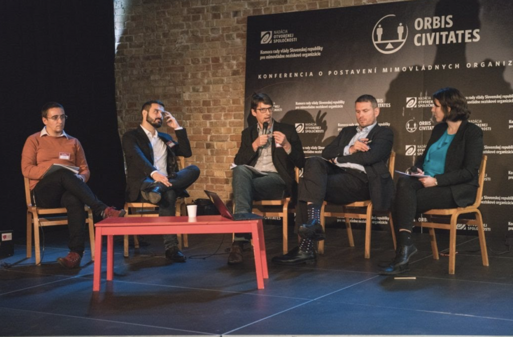 """Panelová diskusia Občianska vs. """"neobčianska"""" spoločnosť, ktorú viedla riaditeľka RmS, Katka Batková."""